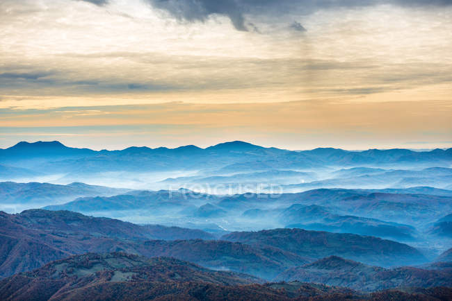 Красивые голубые горы и холмы — стоковое фото