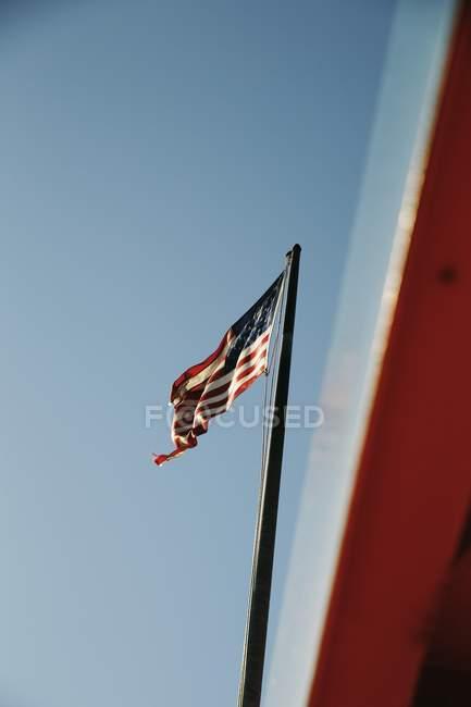 Bandiera nazionale del Regno Unito sotto cielo sereno — Foto stock