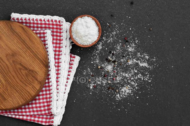 Білий солі в дерев'яний кубок — стокове фото