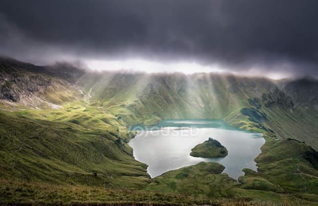 Солнечные лучи сквозь облака — стоковое фото