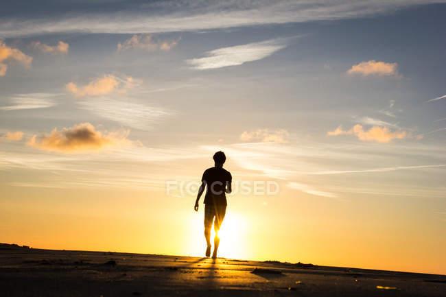 Heckansicht des männlichen Silhouette gegen Sonnenuntergang Wandern — Stockfoto