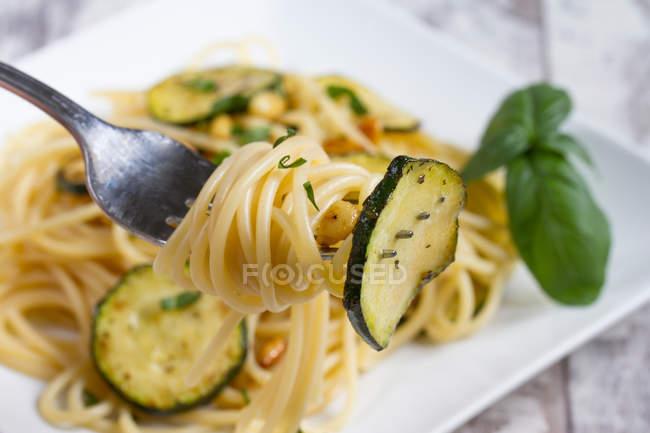 Вилка с спагетти с овощами — стоковое фото