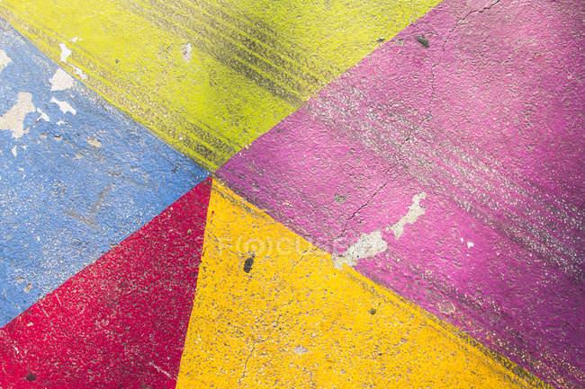 Красочные картины структур и фигур на старые стены — стоковое фото