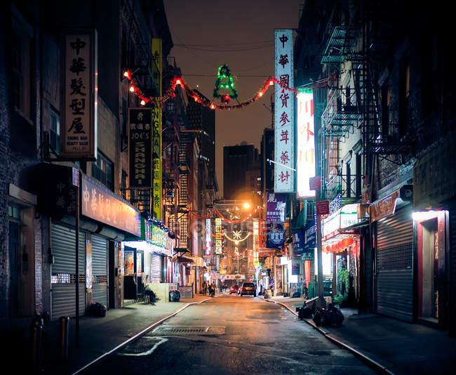 Rua da chinatown de Nova York, iluminada à noite, EUA — Fotografia de Stock