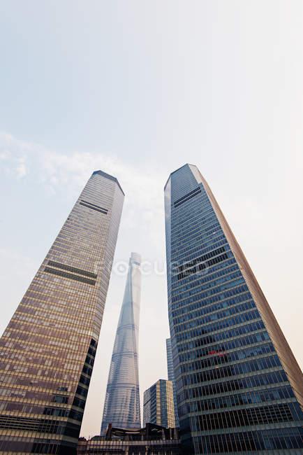 Vista inferiore di alti edifici nella luce del tramonto, Pu Dong, Shanghai, Cina — Foto stock