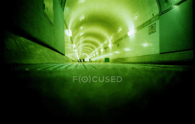 Scena urbana, vista interna tunnel illuminato con luce verde — Foto stock