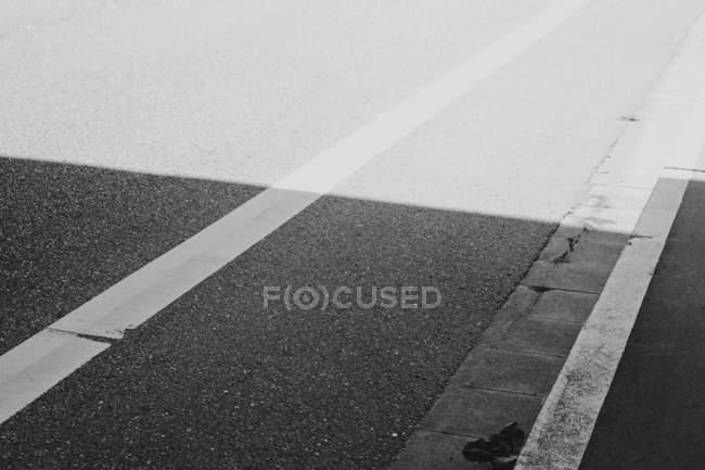 Asphalte routier et la margelle, plein écran — Photo de stock