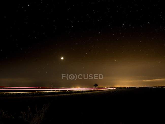 Сцена ночи с движения на дороге, движение blur — стоковое фото