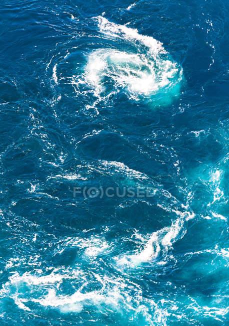 Кружляючі поверхні води океану — стокове фото
