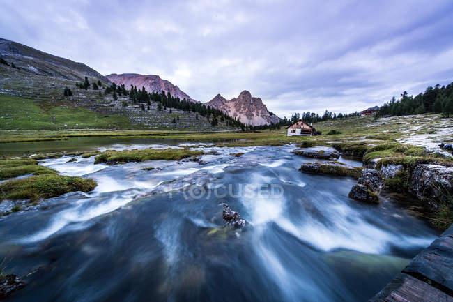 Hütte in am Fluss in Dolomiten — Stockfoto