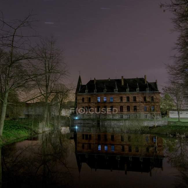 Озера с древний замок ночью, Безериц — стоковое фото