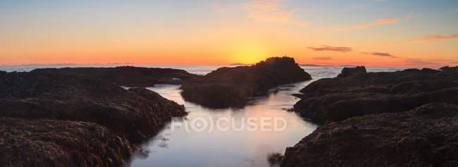 Longue exposition de roches au coucher du soleil — Photo de stock