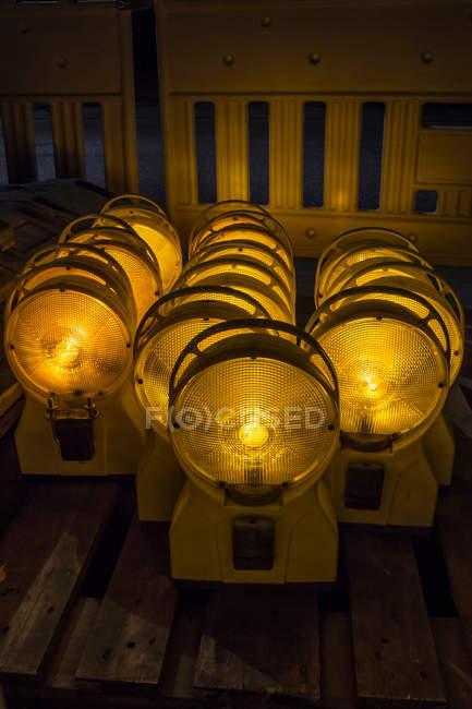 Set de linternas de plástico viejo brillando intensamente en obscuridad - foto de stock