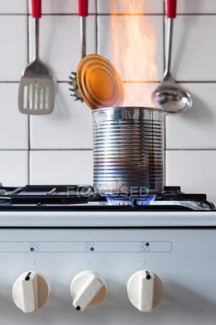 Kann brennen auf Gasherd — Stockfoto