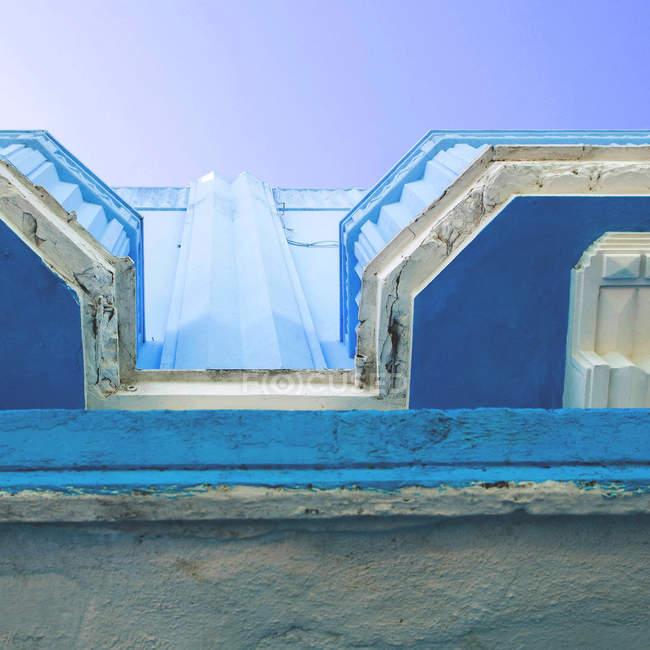 Vista inferiore a edificio con balconi blu invecchiato — Foto stock
