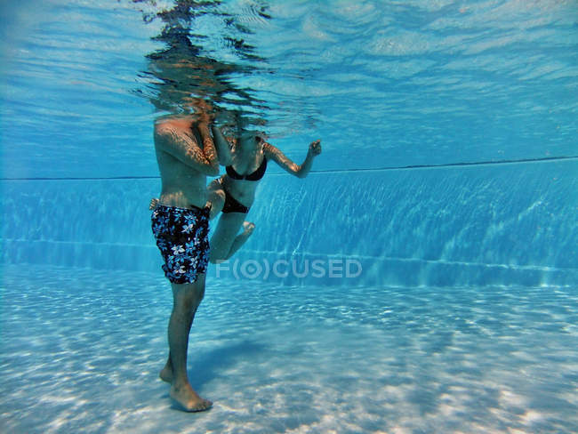 Couple underwater in swimming pool — Stock Photo