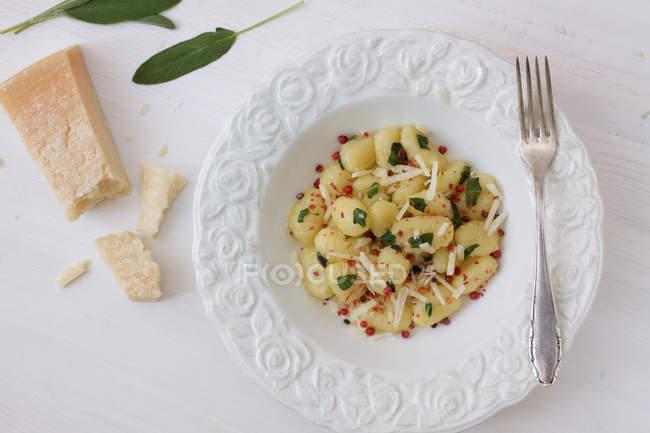 Вид сверху вегетарианские макароны с сыром Пармезан на столе — стоковое фото