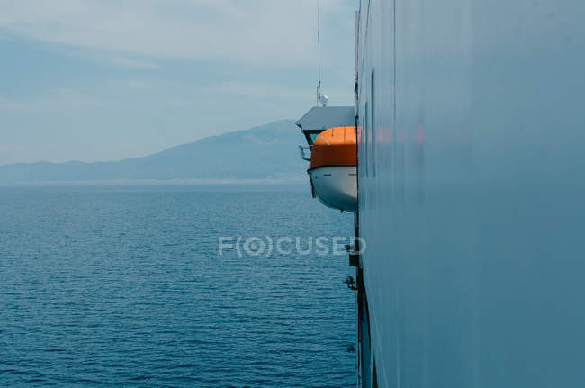 Vue du côté de bateau ferry, magnifique paysage marin sur fond — Photo de stock