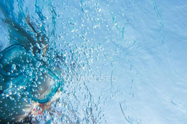 Vue abstraite d'enfant avec des bulles dans l'eau — Photo de stock