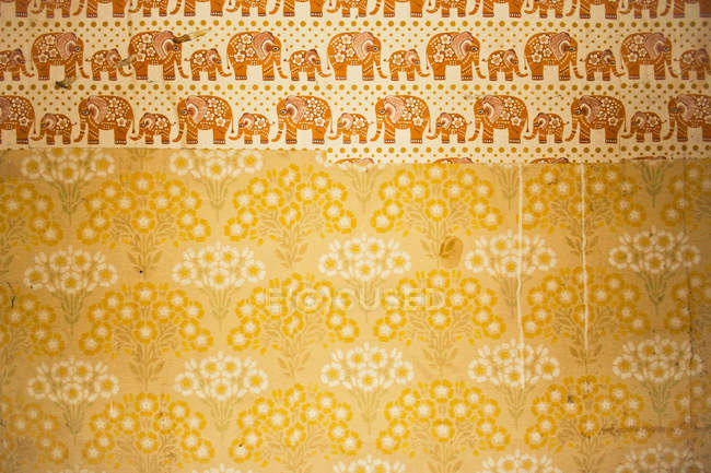 Желтые обои с изображениями слонов на стене, копией пространства — стоковое фото