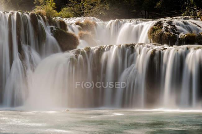 Красивый горный природный водопад — стоковое фото