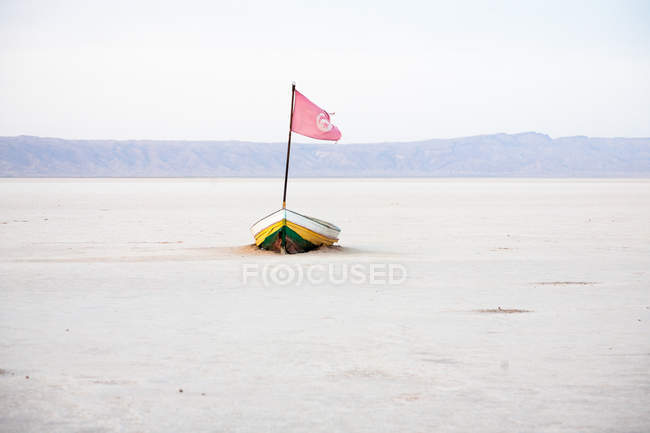 Boot mit Fahne im ausgetrockneten Salzsee — Stockfoto