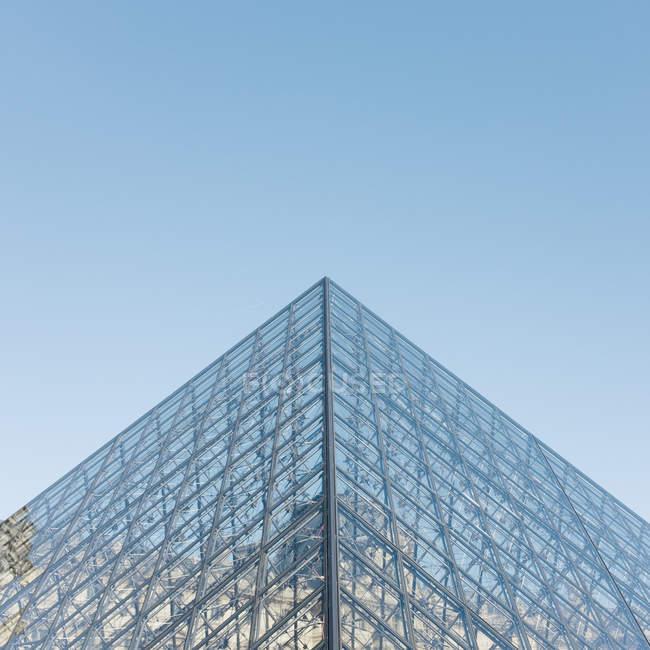 Vidro de construção fachada, detalhes de arquitetura moderna, canto do Louvre — Fotografia de Stock