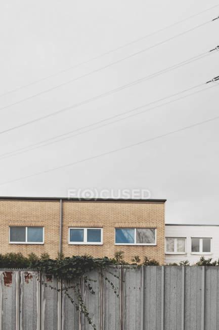 Жилой дом в жилом районе города за забором — стоковое фото