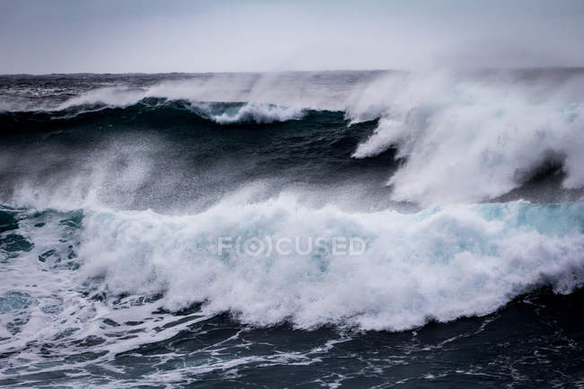 Sea with breaking waves — Stock Photo