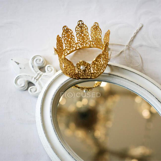Золотая Корона на старинные зеркала — стоковое фото