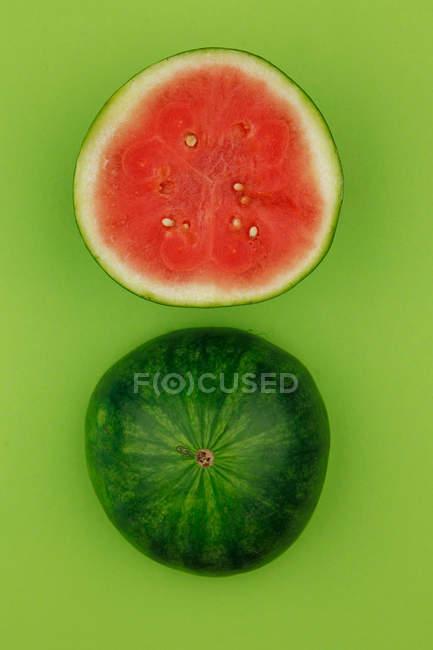 Вид сверху арбуз на зеленом фоне — стоковое фото