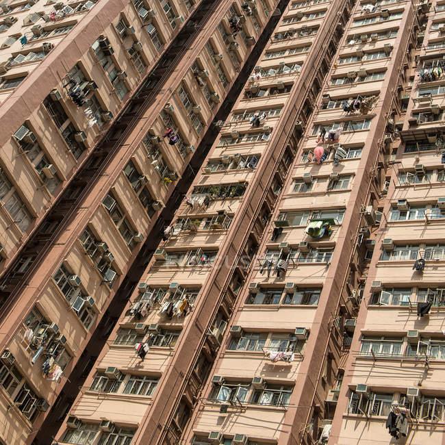 Обрезанный вид фасада жилого дома — стоковое фото