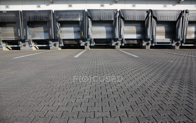 Espaço do armazém pavimentado com pedras de calçada — Fotografia de Stock