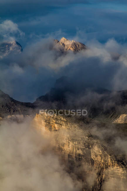 Красиві мальовничим видом туман покриті гірські вершини — стокове фото