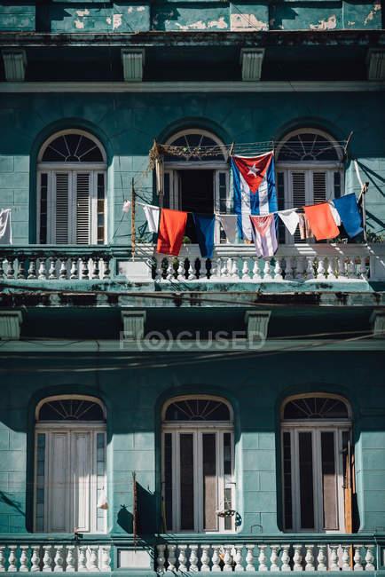 Bandiere sul balcone dell'edificio, l'Avana, Cuba — Foto stock