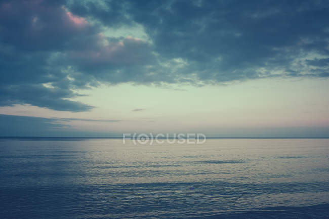 Красиві берега з океаном на горизонті — стокове фото