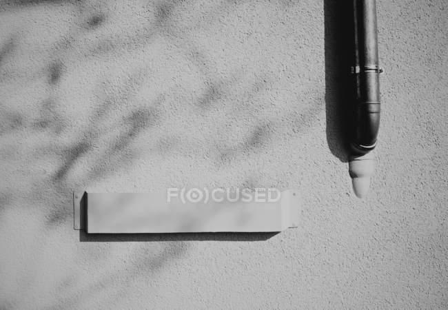 Graue Betonwand, schwarz / weiß — Stockfoto