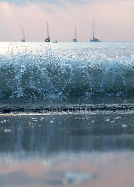 Хвиля curl і морський пейзаж з яхти — стокове фото