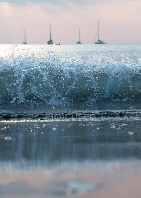 Wave curl and seascape with yachts — Stock Photo