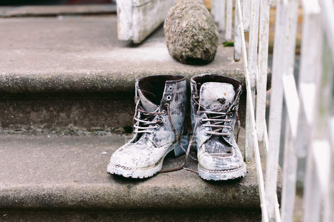 Old abandoned boots — Stock Photo