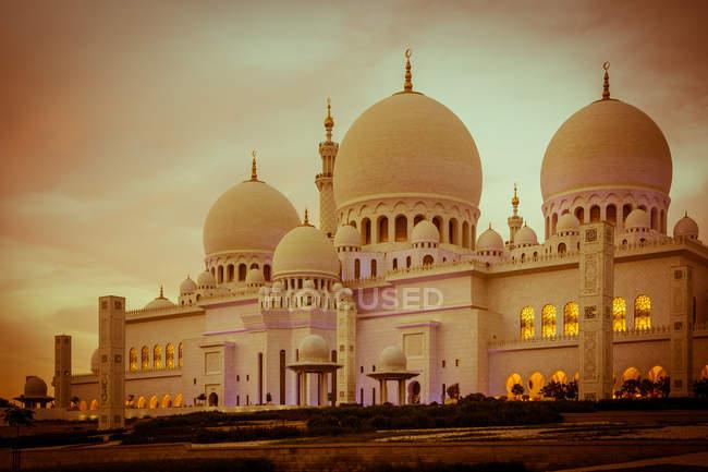 Vista panorámica de la mezquita de Abu Dhabi en la luz del atardecer, Emiratos Árabes Unidos Emiratos Árabes Unidos - foto de stock