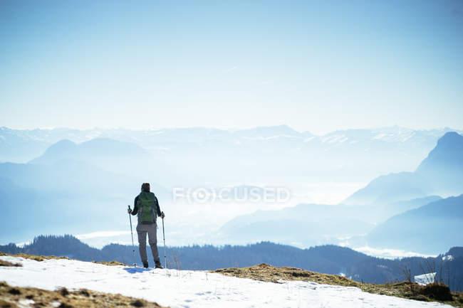 Paysage de montagnes et skieur — Photo de stock