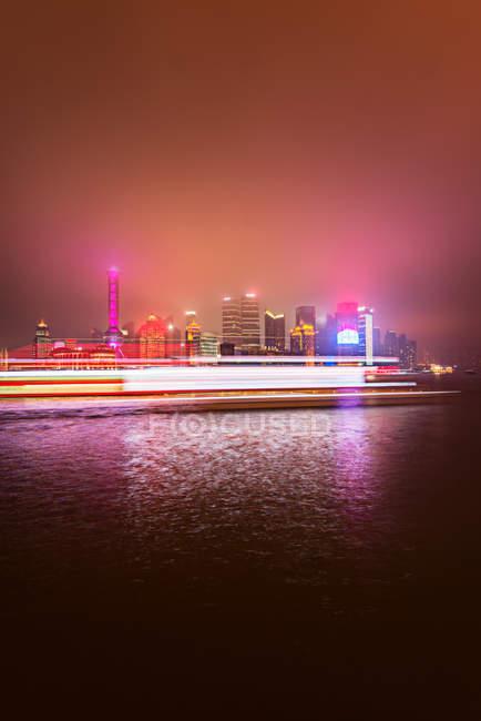 Bâtiments de la ville de Shanghai ta nuit — Photo de stock