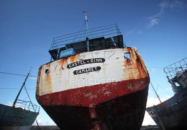 Vue de dessous arrière du vieux bateau nautique rouillé — Photo de stock