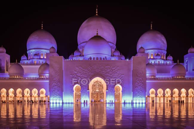 Mezquita de Abu Dhabi, iluminada por la noche, Emiratos Árabes Unidos Emiratos Árabes Unidos - foto de stock