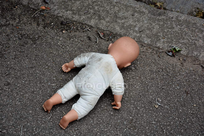 Baby doll face vers le bas dans la rue — Photo de stock