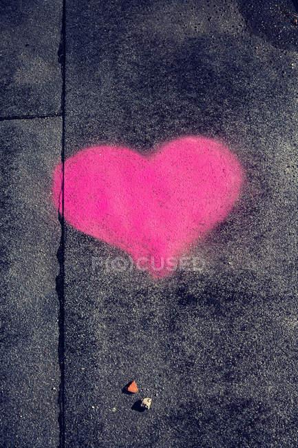 Route asphaltée avec art coeur rose — Photo de stock
