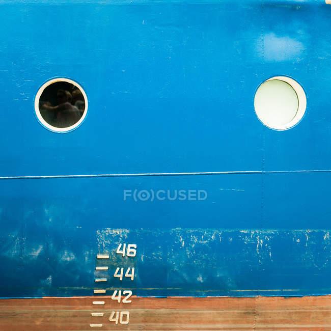 Синий металл лодку с цифр и чисел — стоковое фото