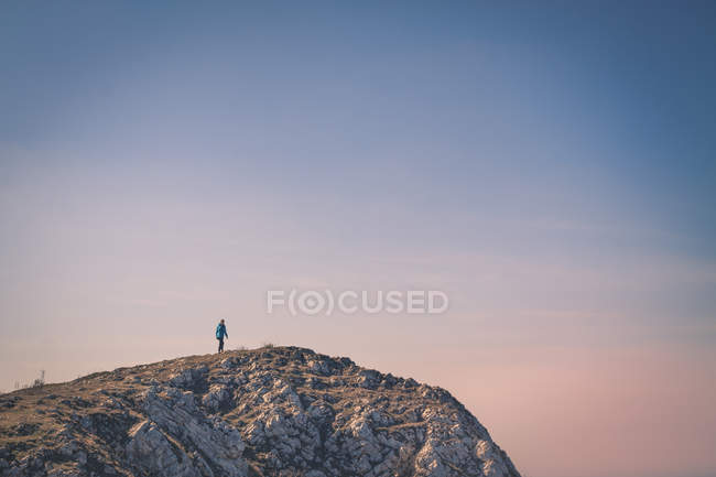 Traveler standing on top of rocky mountain — Stock Photo