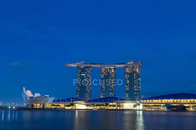 Архитектуры Сингапура, освещенной ночью — стоковое фото